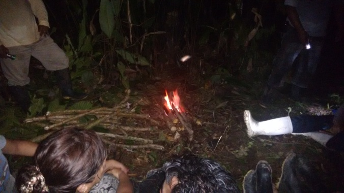 Cenando y conversando a la luz de la fogata en medio de la selva.